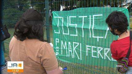 Manifestação em frente ao TJSC, em Florianópolis, pede justiça por Mariana Ferrer em caso
