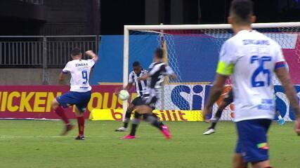 Multa! Gilberto rebate, passa bola no braço de Marcelo Benevenuto e faz o gol do árbitro, aos 49 minutos