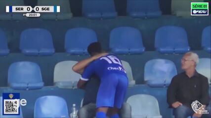 Assis marcou e subiu para a arquibancada para abraçar o pai - Créditos: TV Leão da Serra