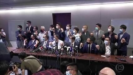 Deputados pró-democracia de Hong Kong renunciam após expulsão de colegas do Parlamento.