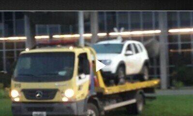Carro invade espelho d'água do Ministério da Justiça
