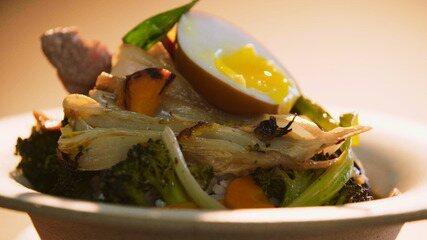 Arroz com carne, vegetais e molho agridoce