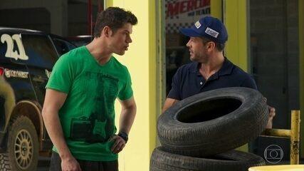 Adônis (José Loreto) incentiva Apolo (Malvino Salvador) a pedir a vaga como piloto - 'Haja Coração'