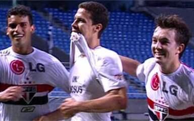 Gol do São Paulo! Hernanes invade a área, dribla e manda para as redes, aos 28 do 2º tempo