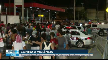 Ato em frente ao Carrefour dos Bancários protesta contra morte de homem negro no RS