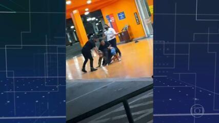 Homem negro é espancado e morto em supermercado Carrefour em Porto Alegre