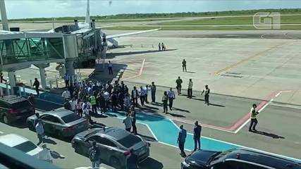 Grupo protesta contra o governador do Amapá, Waldez Góes, durante visita de Bolsonaro