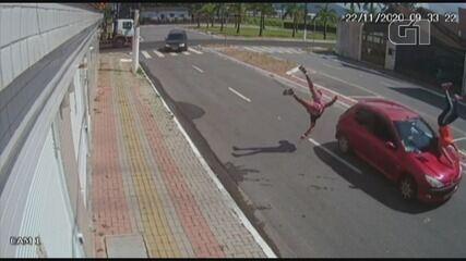 Motorista perde controle de carro e atropela casal em Praia Grande