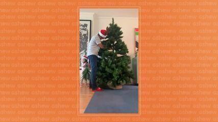 Ricardo Pereira prepara árvore de Natal em casa