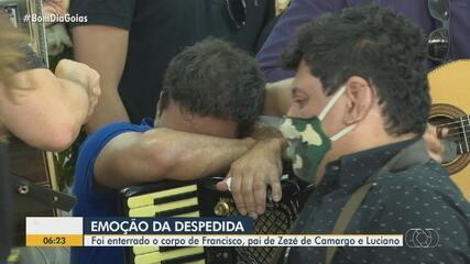 Corpo de Seu Francisco, pai de Zezé Di Camargo e Luciano, é enterrado em Goiânia