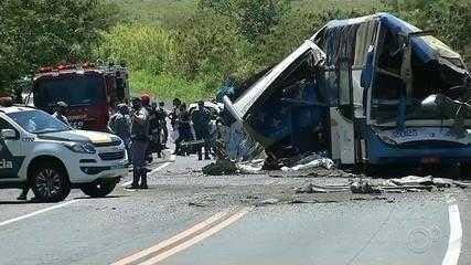 Batida entre ônibus e caminhão deixa dezenas de mortos em rodovia