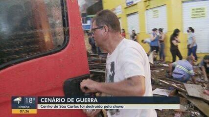 Enxurada arrasta mais de 20 veículos em São Carlos