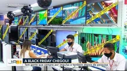 Lojas abrem mais cedo para as promoções da Black Friday, na Grande Goiânia