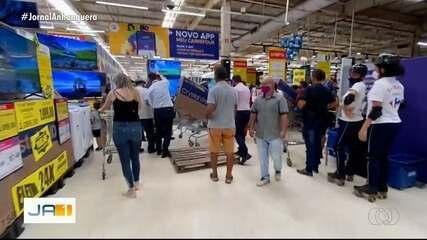 Consumidores formam fila em supermercado para aproveitar descontos da Black Friday