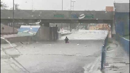 Tempestade alaga ruas e avenida Nações Unidas em Bauru