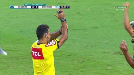 Pênalti para o Confiança! Bola bate na mão de Cáceres dentro da área, aos 22 do 1T