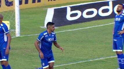 João Veras toca na saída do goleiro, mas o volante Geovane tira a bola em cima da linha, aos 3' do 2º T