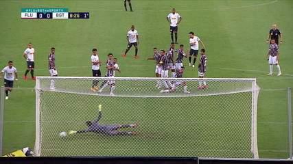 Marcos Felipe! Claudinho solta a bomba no canto do goleiro, que se estica para espalmar, aos 8 do 1º tempo