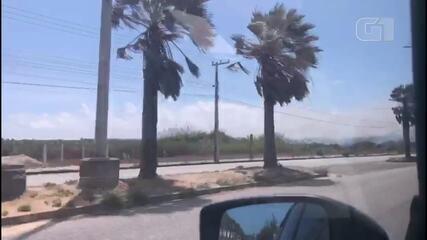 Incêndio atinge área de vegetação na Praia do Futuro, em Fortaleza.