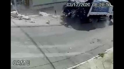 Mulher escapa de ser atropelada por caminhão de lixo desgovernado em Caxias