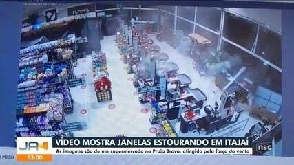 Vento forte estoura janelas de supermercado em Itajaí