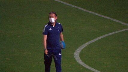 Preparador físico do Cruzeiro joga sal grosso no gramado do Mineirão antes de duelo com o Brasil-RS