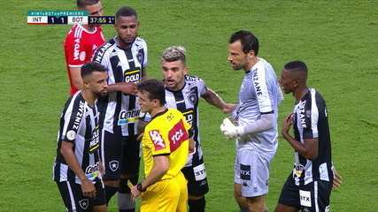 O clima esquenta no Beira-Rio, jogadores dos dois times reclamam com o árbitro, aos 37 do º tempo