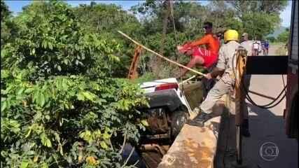 Equipes procuram criança que desapareceu após carro cair de ponte no norte do RJ