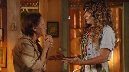 Elba Ramalho presenteia Veridiana com um terço de Nossa Senhora