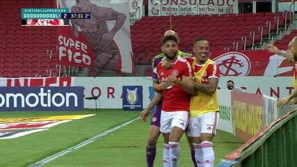 Gol do Internacional! Yuri Alberto é lançado por trás da zaga, chega cara a cara com Weverton e encobre o goleiro , aos 37 do 2º