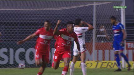GOL! Robinho chuta desajeitado e Pablo Dyego, de cabeça, desvia para o gol, aos 11' do 2T