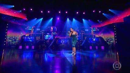 Anitta canta no palco do Caldeirão do Huck