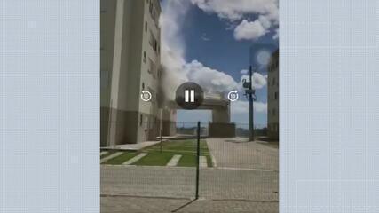 Vídeos gravados por moradores registraram o momento da queda das caixas