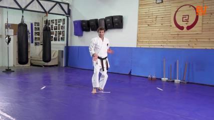 O mestre de karatê Yiftach Govreen ensina os movimentos da Kururunfa Kata