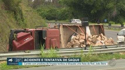 Motoristas estacionam para saquear produtos de carreta tombada em Jaguariúna