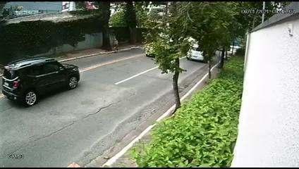 Câmera de segurança registra momento em que assaltante atira em carro blindado na Zona Sul