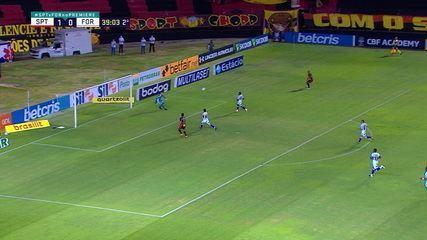Patric cruza para Hernane na área, o camisa 9 pula para cabecear e a bola vai por cima do gol, aos 38 do 2º