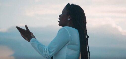 """A cantora Danzi fala de seu novo clipe """"Com Você"""""""