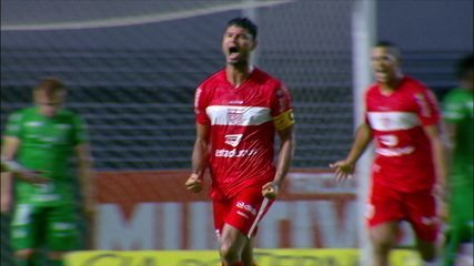 Gol do CRB! Diego Torres cobra o escanteio, e Gum sobe soberano para tirar do goleiro, aos 28 do 2º tempo