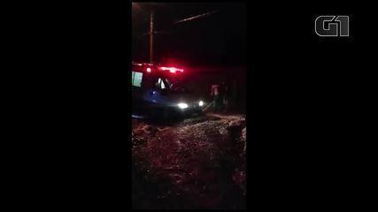 Ambulância atola em rua com lama e médicos não conseguem atender a ocorrência em Jacareí