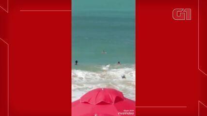 Mulher é resgatada por guarda vidas ao se afogar no mar da Praia de Iracema