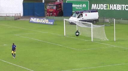 Caxambu bate direto e surpreende goleiro do Contagem (Imagens/Federação Mineira de Futebol)