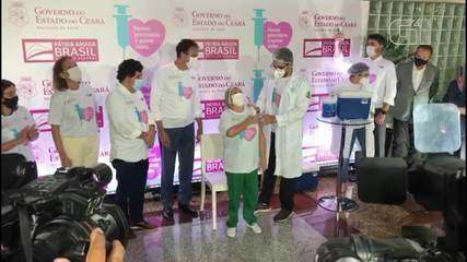 Técnica de enfermagem é a primeira a receber vacina no Ceará.