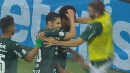 Palmeiras goleia o Corinthians e Flamengo derrota o Goiás pelo Campeonato Brasileiro