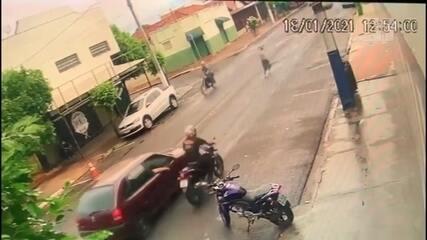 Idosa é atropelada por moto ao tentar atravessar avenida em Assis