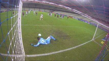 Pega Felipe Alves! Após pênalti marcado pelo VAR, Jean Mota bate no canto e goleiro faz a defesa, aos 43' do 1T