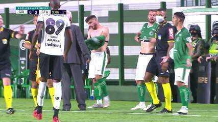 Atletas do Goiás entram com camisas erradas e saem de campo para trocar durante o jogo