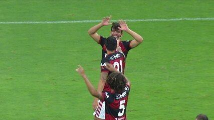 Gol do Flamengo! Após escanteio, Gustavo Henrique cabeceia, a bola explode em Pedro, que ajeita para Pepê marcar, aos 37 do 2ºT