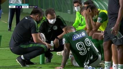 Fernandão passa mal e é abanado no banco do Goiás, aos 43 do 2º