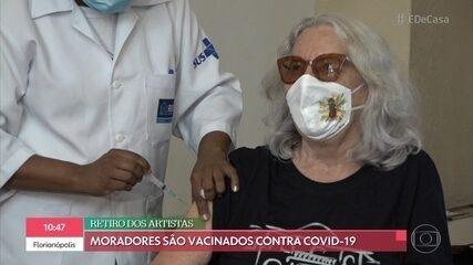 Moradores do 'Retiro dos Artistas' são vacinados